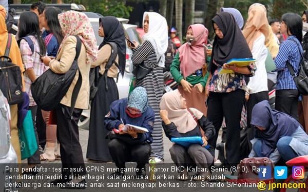 Daftar CPNS, Warga Kalbar Serbu Kantor BKD - JPNN.COM