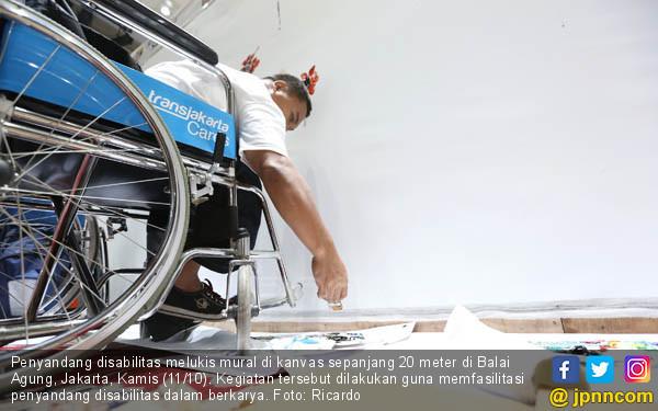 Penyandang Disabilitas Melukis Mural - JPNN.COM