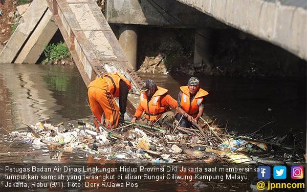 Sampah Penuhi Aliran Sungai Ciliwung - JPNN.COM