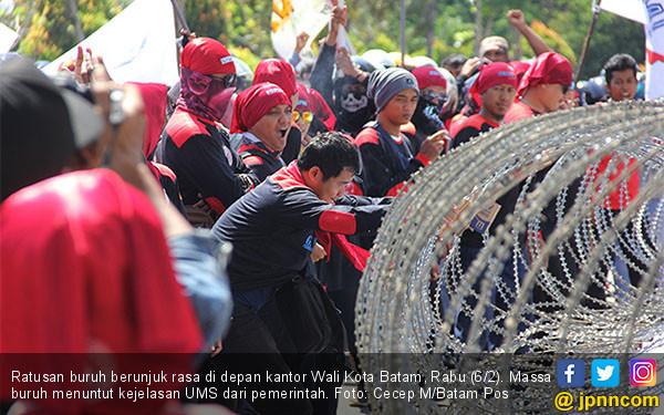 Buruh Geruduk Kantor Wali Kota Batam - JPNN.COM