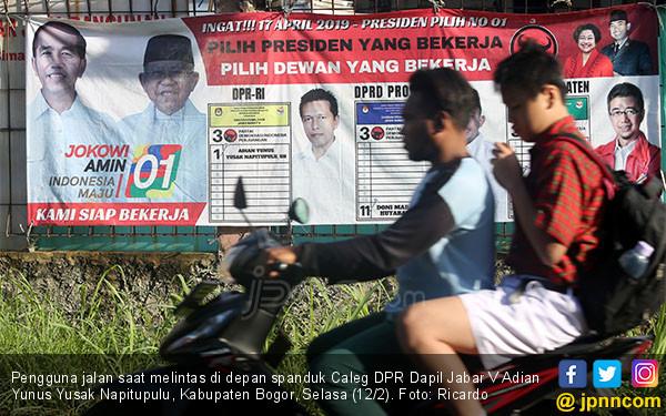 Spanduk Caleg DPR Dapil Jabar V Adian Yunus Yusak Napitupulu - JPNN.COM