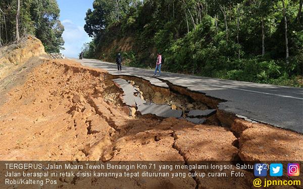 Jalan Muara Teweh Benangin Longsor - JPNN.COM