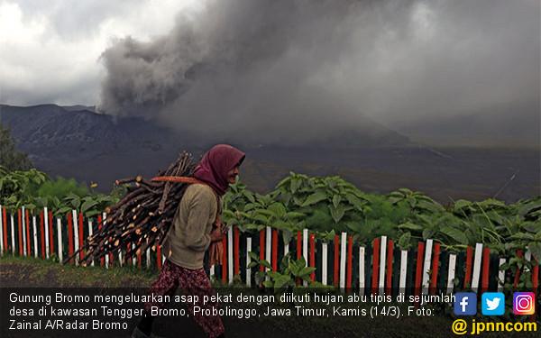 Gunung Bromo Keluarkan Asap Pekat - JPNN.COM