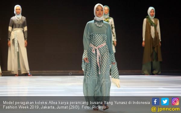 Perancang Busana Itang Yunasz Tampil di Indonesia Fashion Week 2019 - JPNN.COM