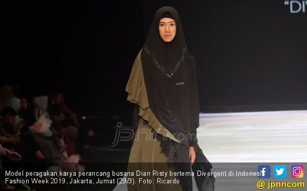 Perancang Busana Dian Risty Tampil di Indonesia Fashion Week 2019 - JPNN.COM