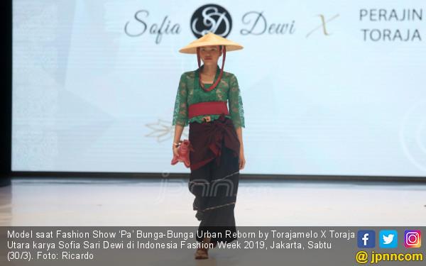 Fashion Show 'Pa' Bunga-Bunga Urban Reborn by Torajamelo X Toraja Utara karya Sofia Sari Dewi - JPNN.COM