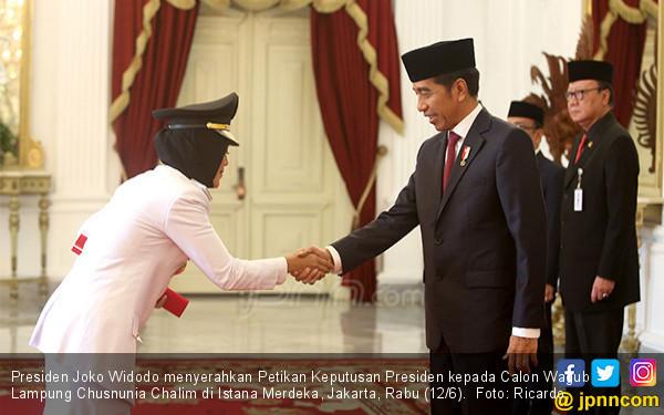Presiden Serahkan Petikan Keputusan kepada Gubernur dan Wagub Lampung - JPNN.COM