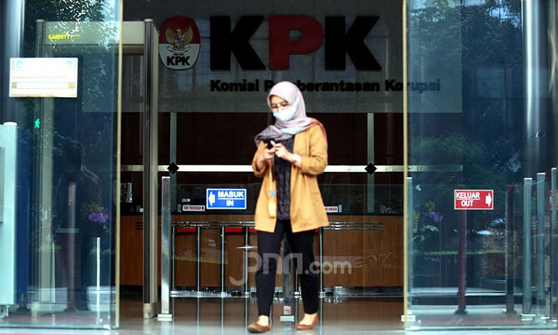 KPK Geledah Rumah Penyuap Nurdin Abdullah, Ini yang Ditemukan - JPNN.com