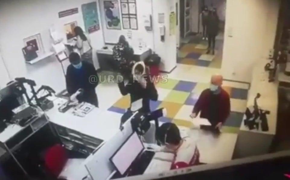 Ke Kantor Pos tanpa Masker, Wanita Ini Nekat Lepas Celana Dalam