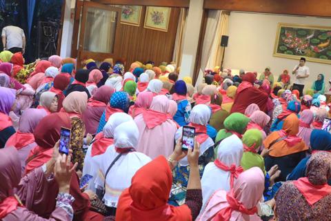 Ratusan Muslimat NU Kumpul di Rumah Cak Imin, Cerita soal PKB Sampai Kuburan