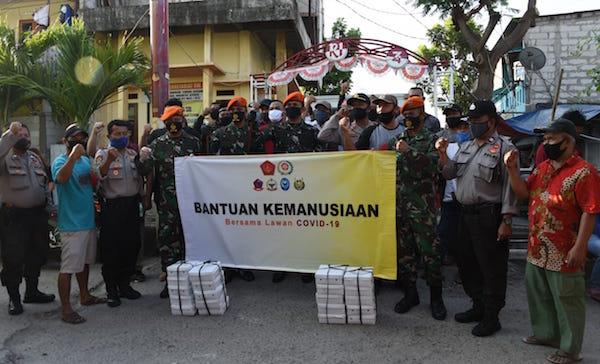 Paskhas TNI AU Bagikan 2.225 Takjil dan Nasi Kotak Untuk Warga Terdampak Covid-19