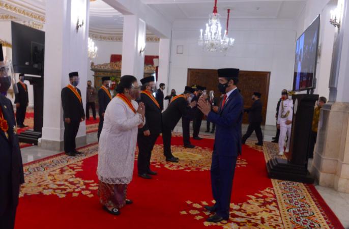Terima Bintang Mahaputera Adipradana dari Presiden Jokowi, Menteri Siti: Ini Untuk Ayah, Ibu, dan Indonesia