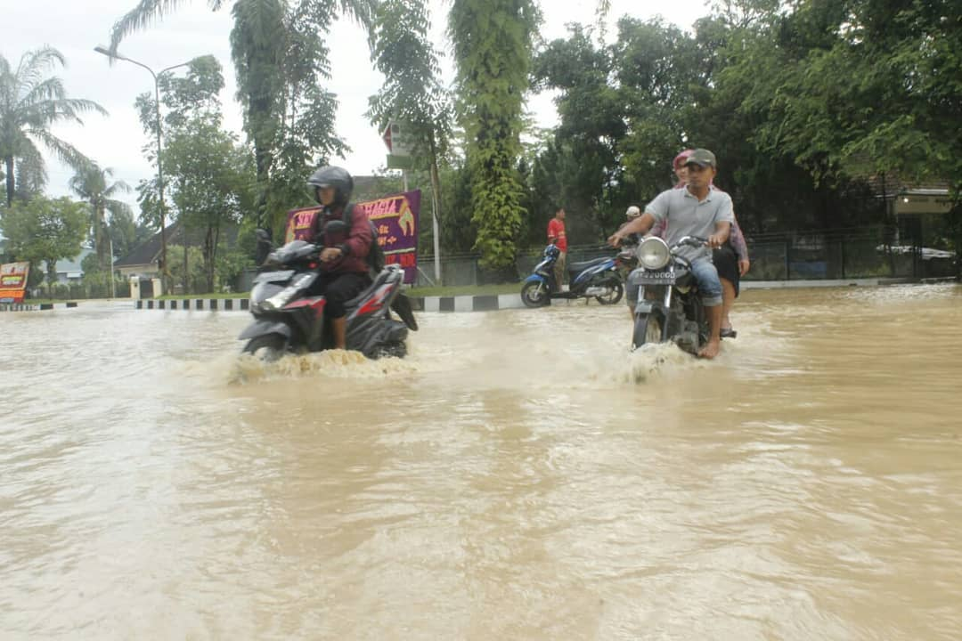 Banjir Melanda Kota Medan, Kampus USU Juga Terendam Air