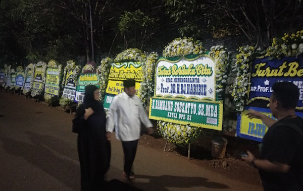 Karangan Bunga Ucapan Duka Membanjiri Area Rumah Mendiang Habibie