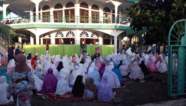 Warga di Bintaro Jaya Tangsel Gelar Salat Idulfitri di Masjid