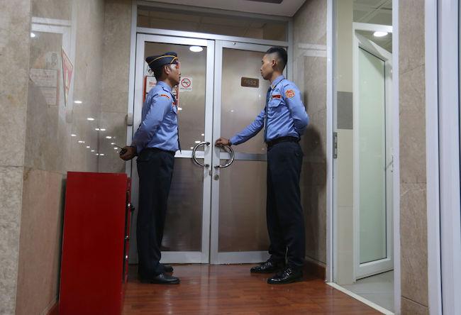 Berita Foto: Penyidik KPK Geledah Ruangan Kerja Nyoman PDIP di DPR