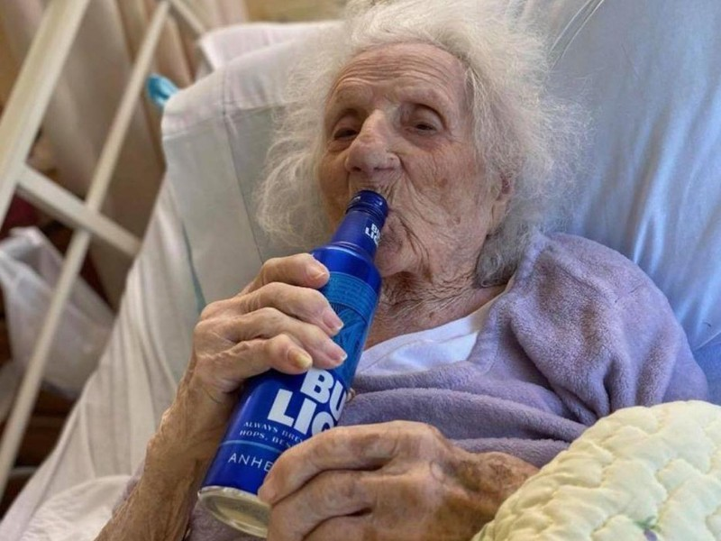 Kanpai! Nenek 103 Tahun Tenggak Bir Usai Dinyatakan Sembuh dari Corona