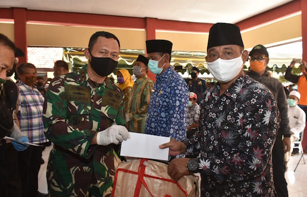 KRI Teluk Ende-517 Debarkasikan 2.000 Paket Sembako dan APD di Pulau Raas