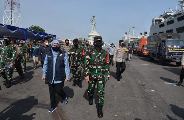 KRI Tanjung Kambani Angkut Bansos dari Masyarakat Jatim untuk Korban Bencana di NTT