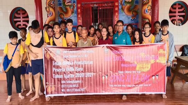 Jelang Imlek, Puluhan Siswa dan Siswi SMP Xaverius 2 Palembang Membersihkan Vihara