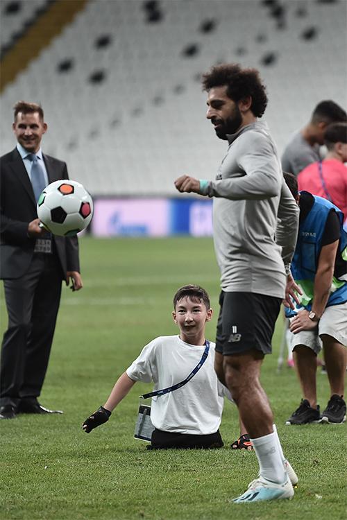 Mengharukan, Mohamed Salah Latihan Bersama Seorang Anak yang Kehilangan Kedua Kakinya