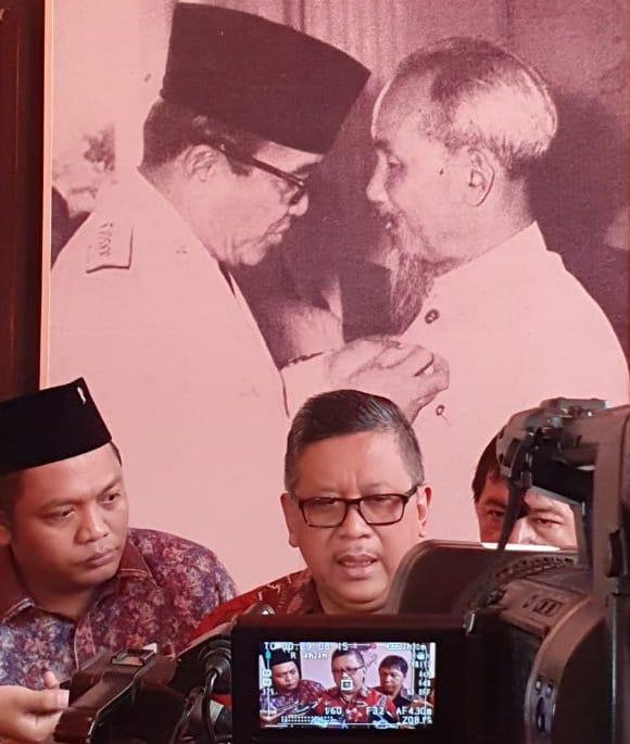 Cerita tentang Bu Mega Penasaran pada Kebiasaan Paman Ho Bersandal