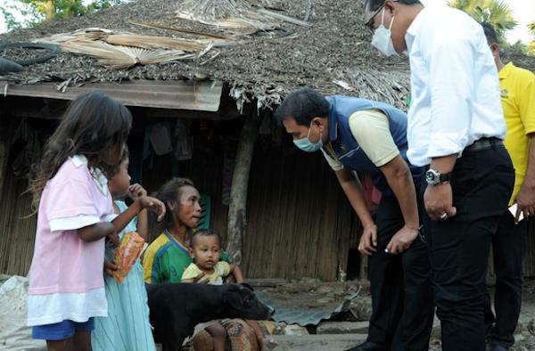 Aziz Syamsuddin Serahkan Bantuan Kepada Warga Terdampak Bencana di NTT