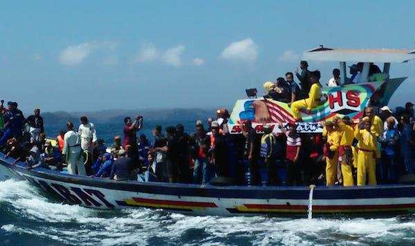 Mbah Sangkrah Pimpin Prosesi Larung Sesaji di Pantai Selatan
