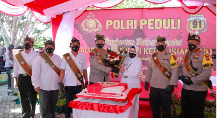 Irjen Iqbal Serahkan Bansos dari Akpol 91 ke Para Nakes, Dokter Lalu Terharu