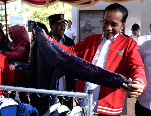 Sambangi Taman Wisata Salib Kasih, Jokowi Beli Jaket Harga Jutaan