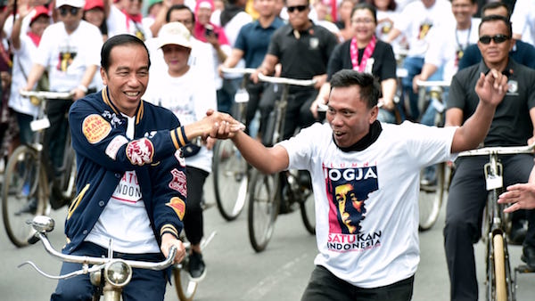 Jokowi Naik Sepeda Onthel Saat Hadiri Deklarasi Alumni Jogja SATUkan Indonesia