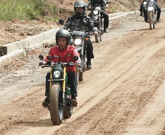 Presiden Jokowi Jajal Jalan Perbatasan dengan Motor Custom