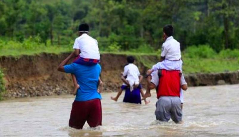 Lihat Perjuangan Guru dan Murid Setiap Hari Basah-Basahan Seberangi Sungai Menuju Sekolah