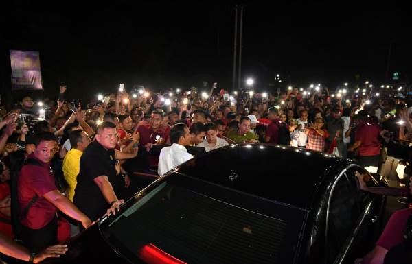Mobil Presiden Jokowi Dicegat Warga di Tengah Jalan