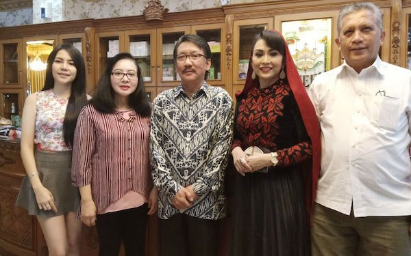 Ratna Listy Meriahkan HUT ke- 25 Queen Beauty Clinic