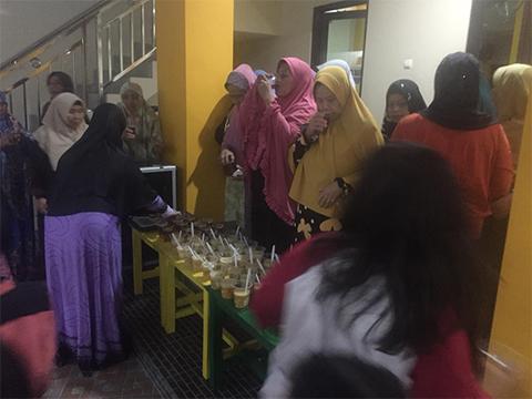Warga Duren Sawit Tahlilan dan Buka Puasa Bersama untuk Anggota KPPS yang Meninggal