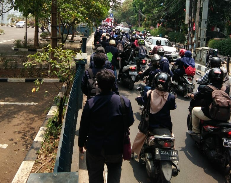Jalan Juanda Ciputat Tersendat, Demo Mahasiswa Ciputat Menggugat Makin Berlipat