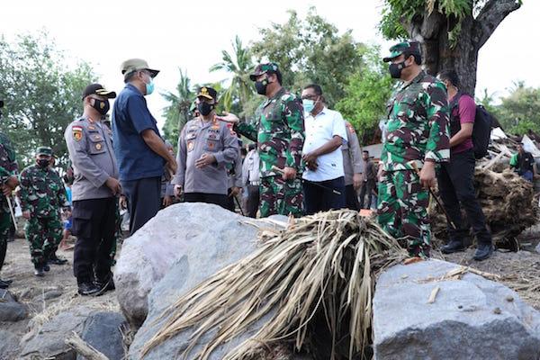 Tinjau Lokasi Bencana Alam di NTT, Panglima TNI dan KapolriTekankan Distribusi Bantuan Tepat Sasaran