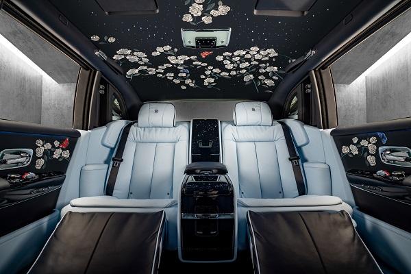 Rolls-Royce Phantom Bertabur Bunga Mawar Langka