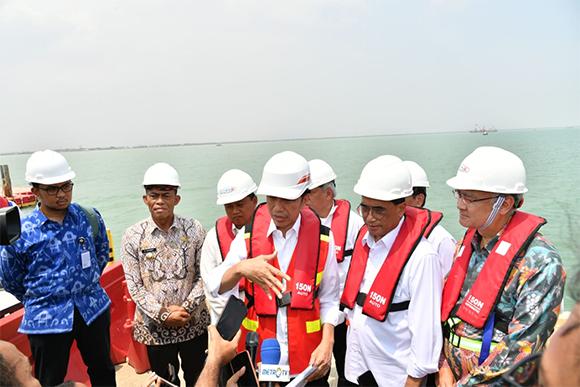 Foto-Foto Putri Indahsari Tanjung dan Andi Taufan Garuda Putra saat Mendampingi Jokowi