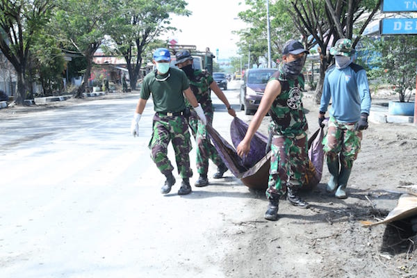 Personel TNI AL Bersihkan Puing-Puing di Kompleks Lanal Palu