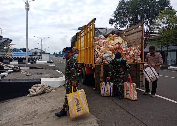 Peduli Dampak Covid-19, Koarmada II Kirim Bantuan 4.000 Paket Sembako ke Madura