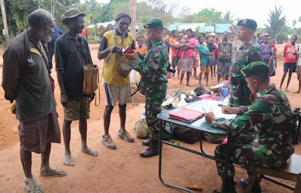 Prajurit TNI Senyum Humanis Sambut Kedatangan Pelintas Batas Warga PNG