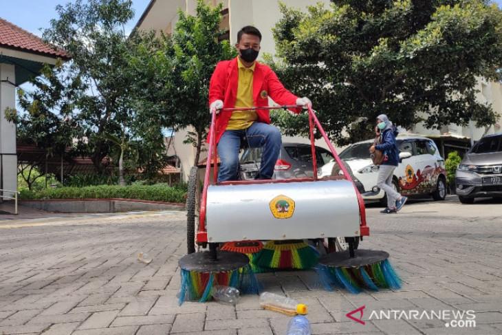 Mahasiswa Untag Surabaya Bikin Sepeda yang Bisa Bersihkan Sampah Plastik - JPNN.com Jatim