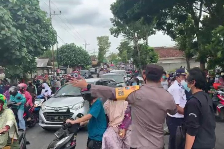 Picu Kerumunan, Bagi-Bagi Telur di Blitar Berujung Pembubaran - JPNN.com Jatim