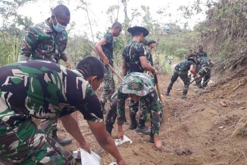 TNI Terjunkan Alat Berat Buka Akses Desa Trunyan, Kerahkan Tiga Peleton ke Lokasi Gempa - JPNN.com Bali