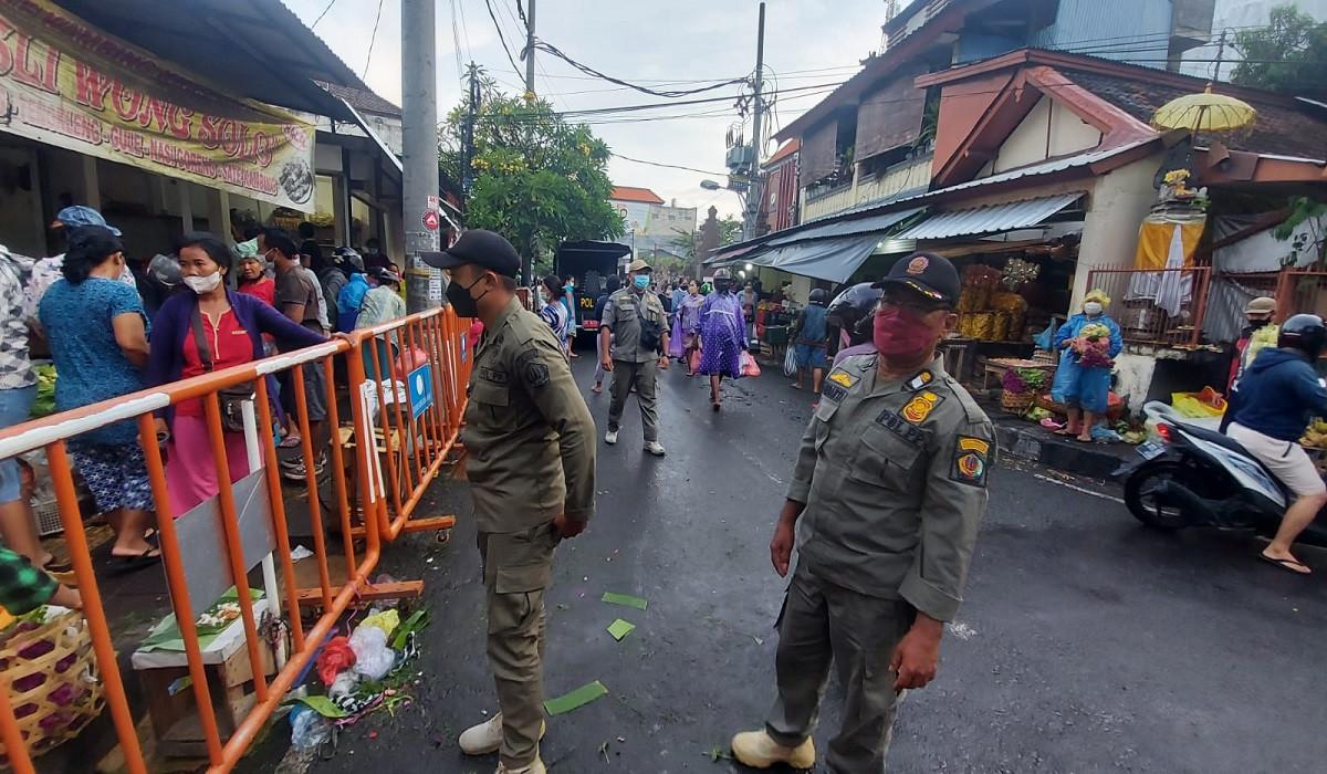 Pol PP Pastikan Status PPKM Level 2 di Denpasar Berjalan Tertib, Lihat Nih Aktivitas Warga Kota - JPNN.com Bali