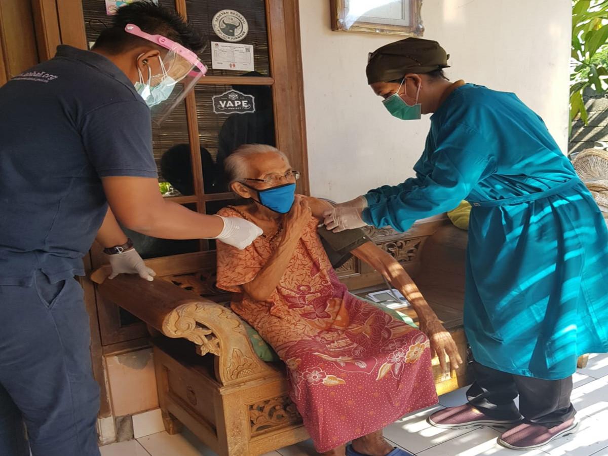 Sesetan Denpasar Gelar Vaksinasi Jemput Bola, Fokus Sisir Warga Lansia - JPNN.com Bali