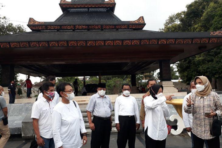 Risma Janjikan Satu Hal Berikut Saat Kunjungi Makam Bung Karno di Blitar - JPNN.com Jatim