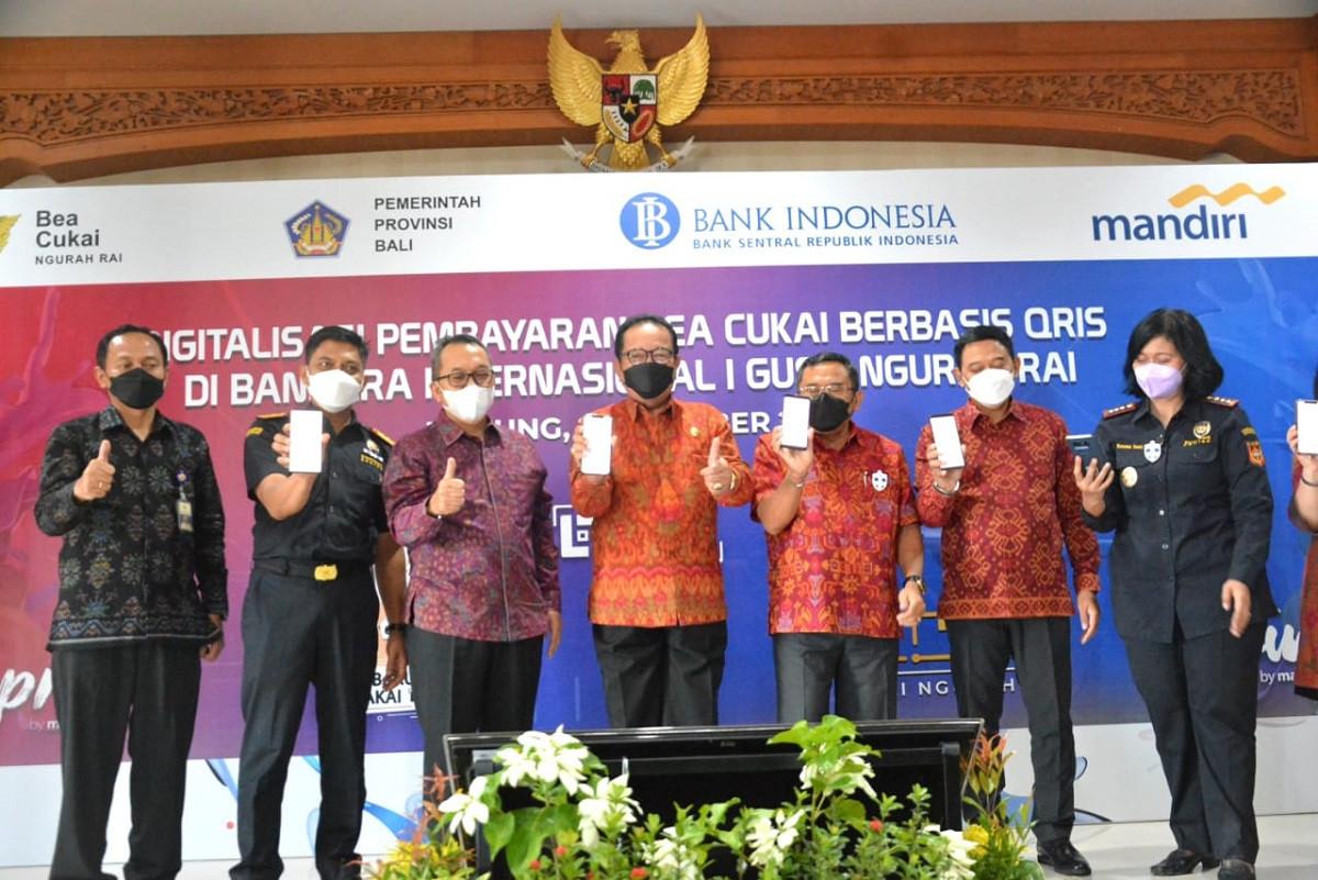 Bayar Bea Cukai di Bandara Ngurah Rai Bali Cukup Pakai Aplikasi QRIS, Praktis dan Kaya Manfaat - JPNN.com Bali